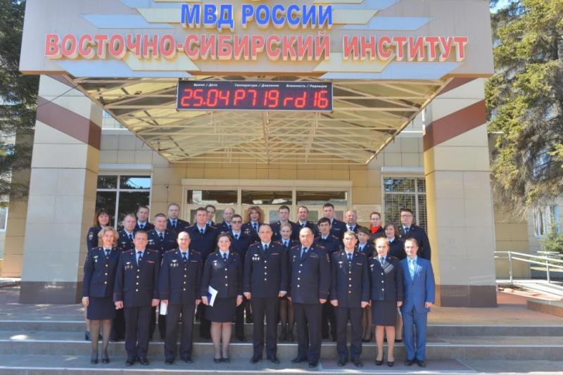 Крыльцо Восточно-Сибирского института МВД