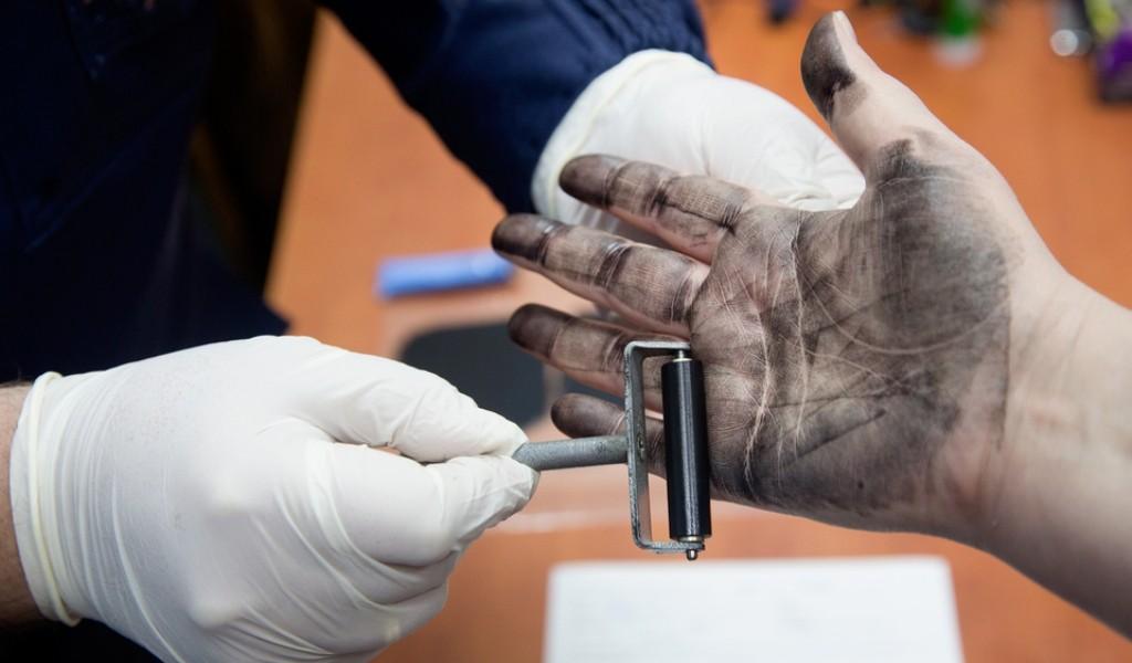 Работа криминалиста - снятие отпечатков пальцев